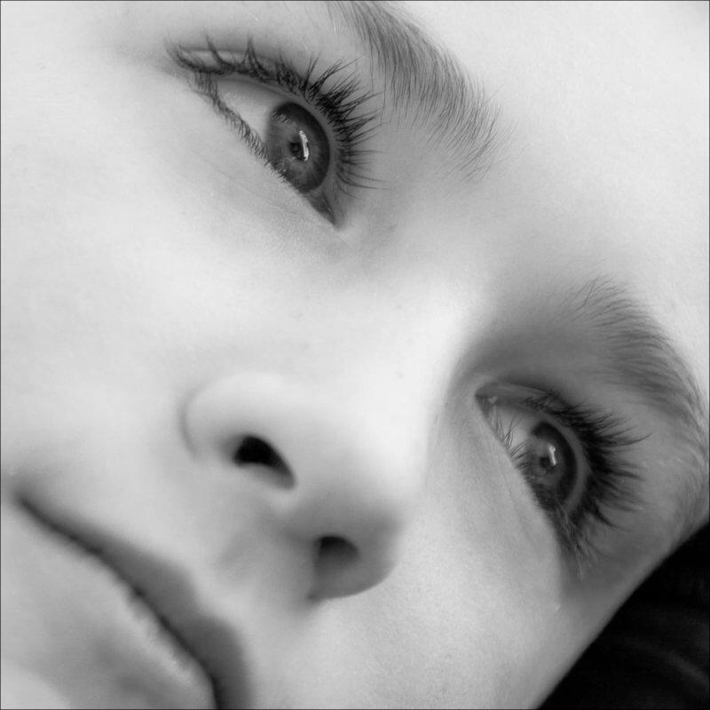 Portrait en noir et blanc d'un enfant avec le regard dans le vague