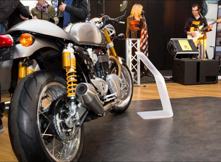 Une moto vintage est exposée dans une concession triumph