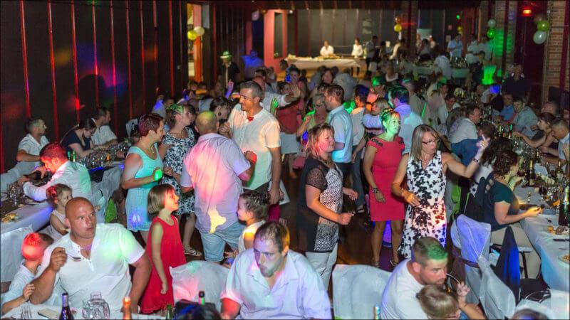 Les gens dansent lors de la soirée mariage à Riom