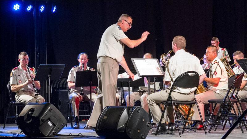 Le chef d'orchestre de la fanfare du 92 Ri dirige ses musiciens à la baguette