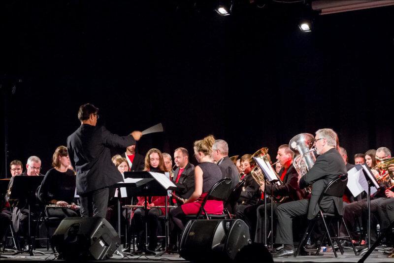 Le chef d'orchestre de la fanfare de Cournon bat la mesure