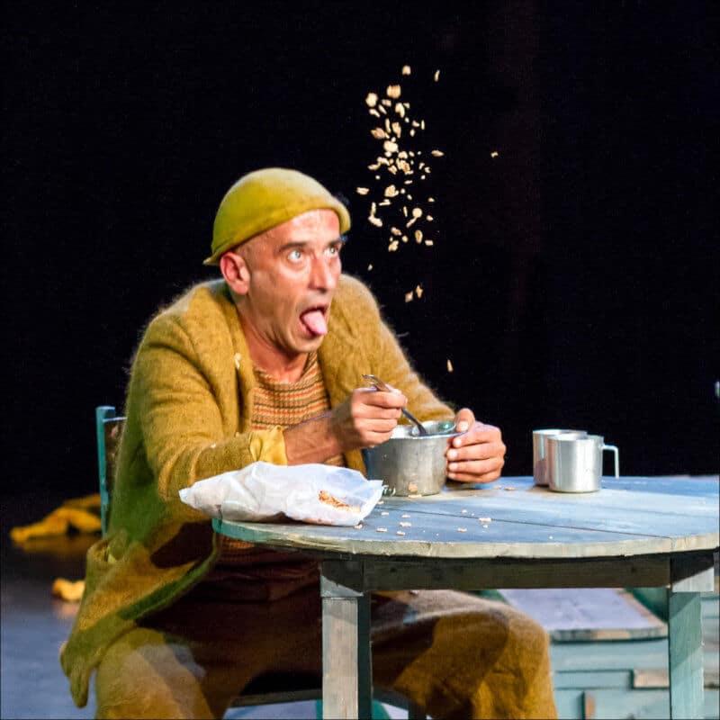 Le comédien de ce spectacle, vêtu tout de jaune, jette des cuillère de céréale pour les gober au vol