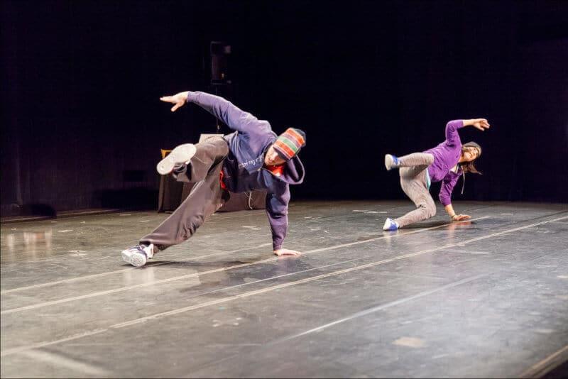 Les deux artistes dansent le hip hop sur la scène