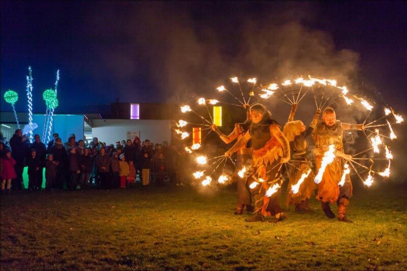Les quatres artistes de ce spectacle manipulent des éventails avec du feu à l'extrémité des tiges. Ils dansent dans la nuit