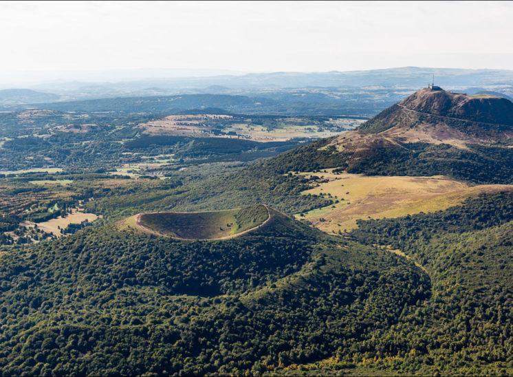 Photographie aérienne du puy de Pariou et du puy de dome