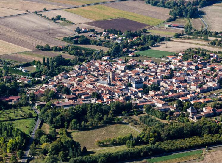 vue aérienne du village de La Sauvetat, au sud de Clermont Ferrand