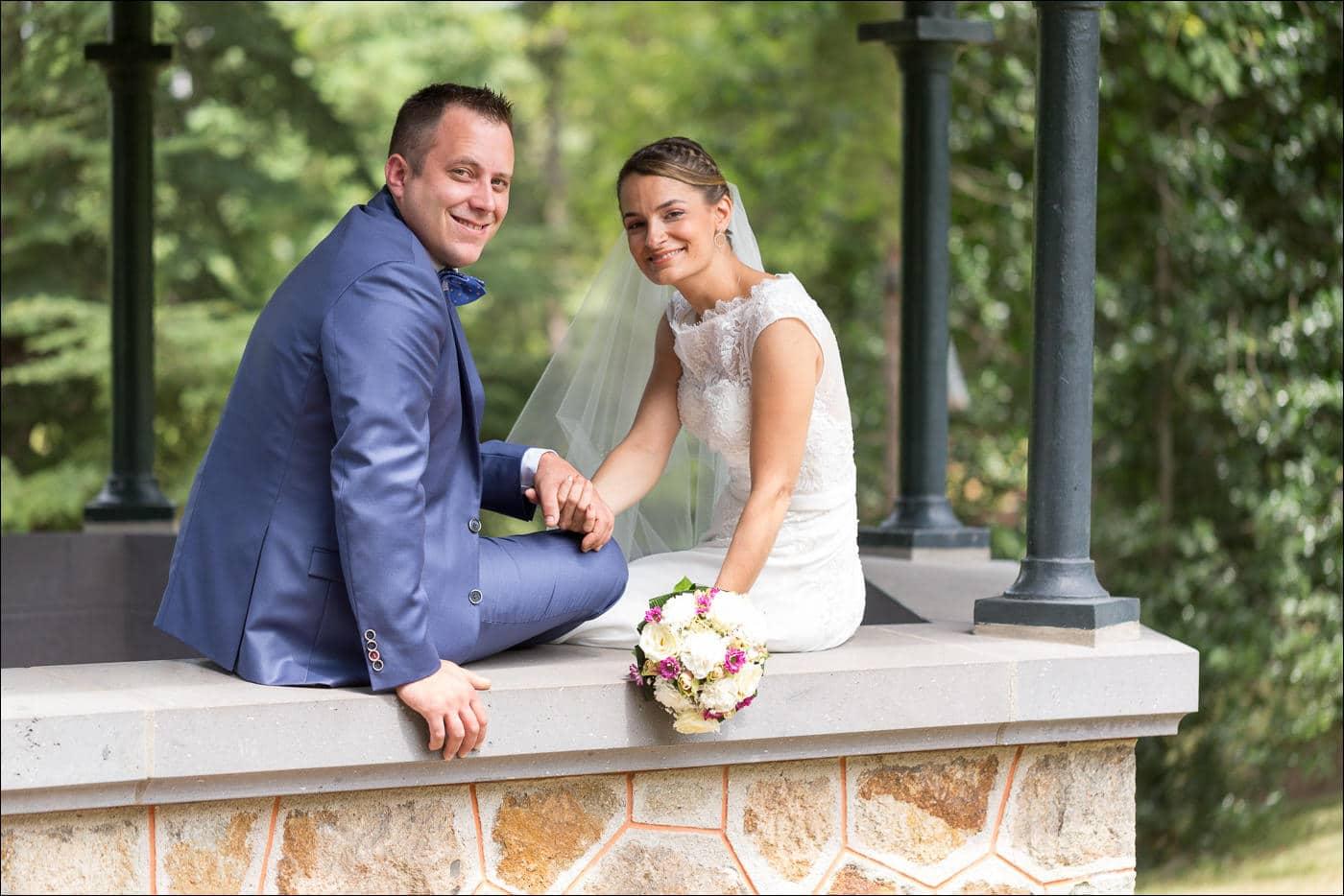 Les mariès sont assis dans le parc Bargoin à Royat, près de Clermont-Ferrand