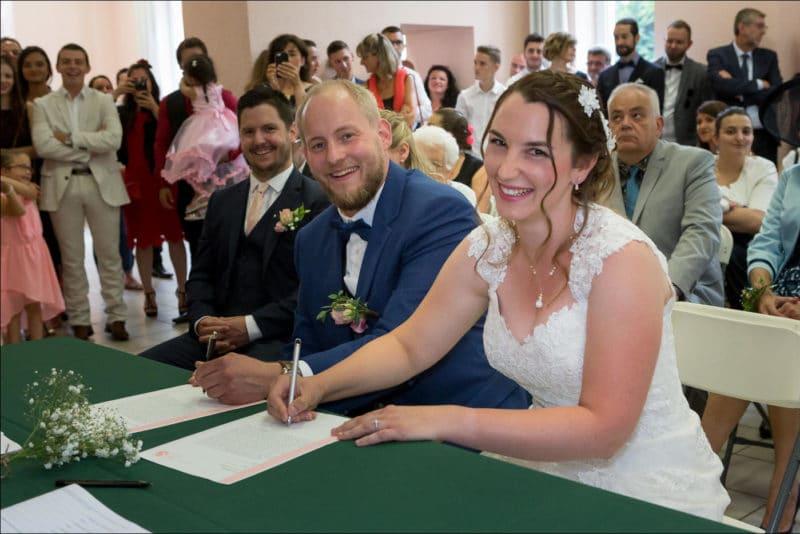 Les mariés signent le registre à la mairie