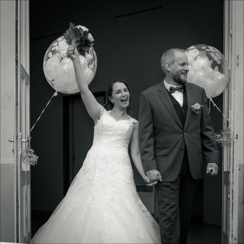 Les mariés sortent de la mairie