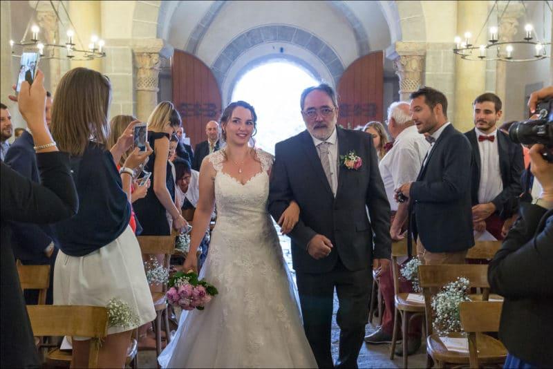 Le père de la mariée accompagne sa fille dans l'église