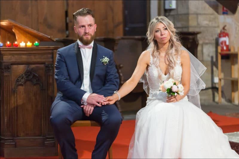 Les maris se tiennnent la main lors de la cérémonie religieuse