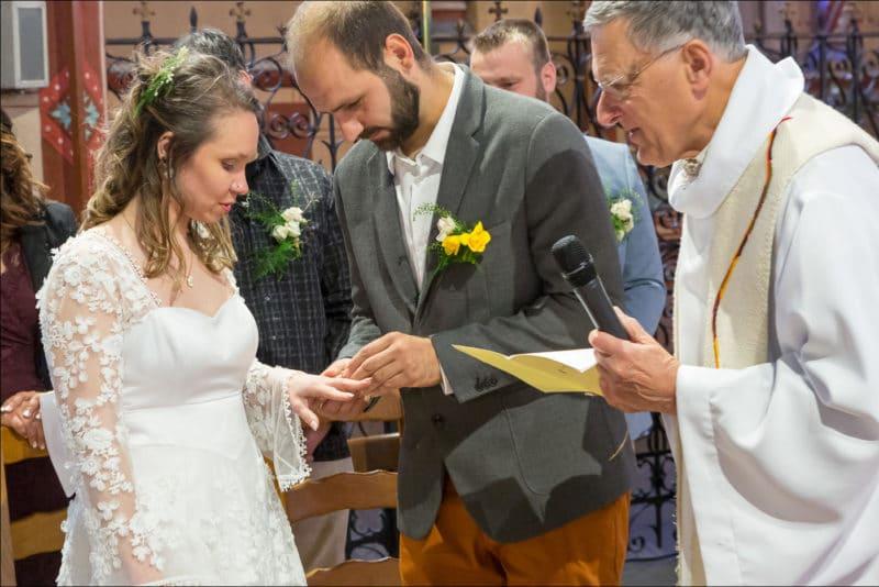 Le marié passe l'alliance au doigt de la mariée