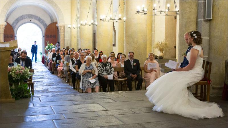 Les mariés sont assis dans l'église
