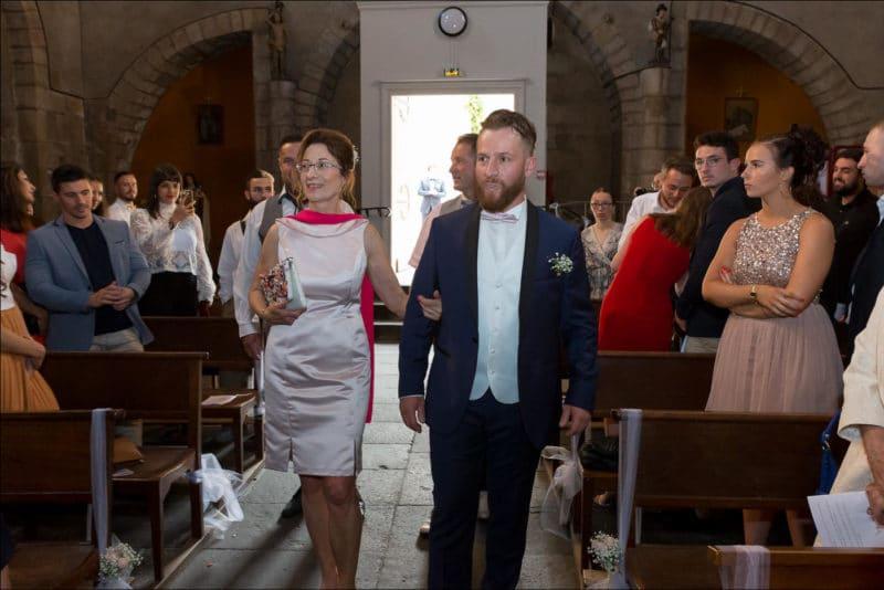 Le mariè arrive à l'église accompagné de sa mère