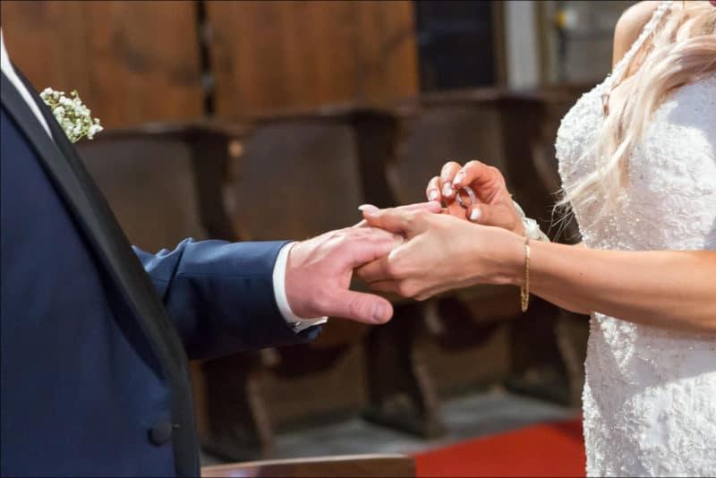 La mariée passe l'alliance au doigt de son mari