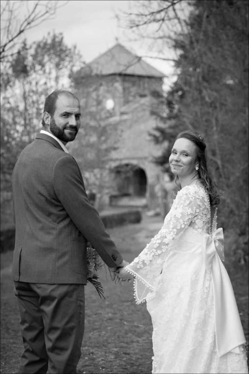 Photo de couple des mariés qui se tiennent la main