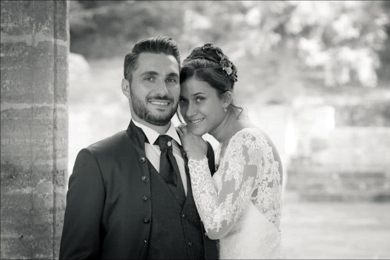 La mariée est appuyée sur l'épaule de son mari