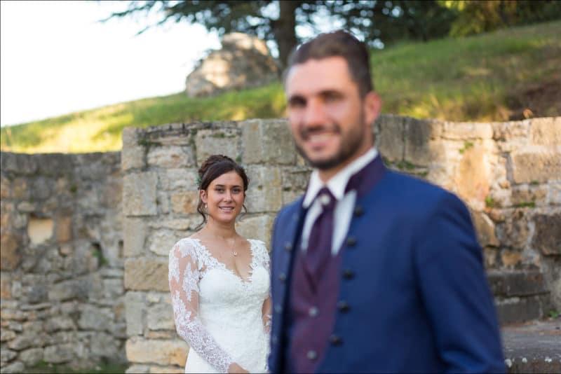 La mariée au second plan avec le marié flou devant