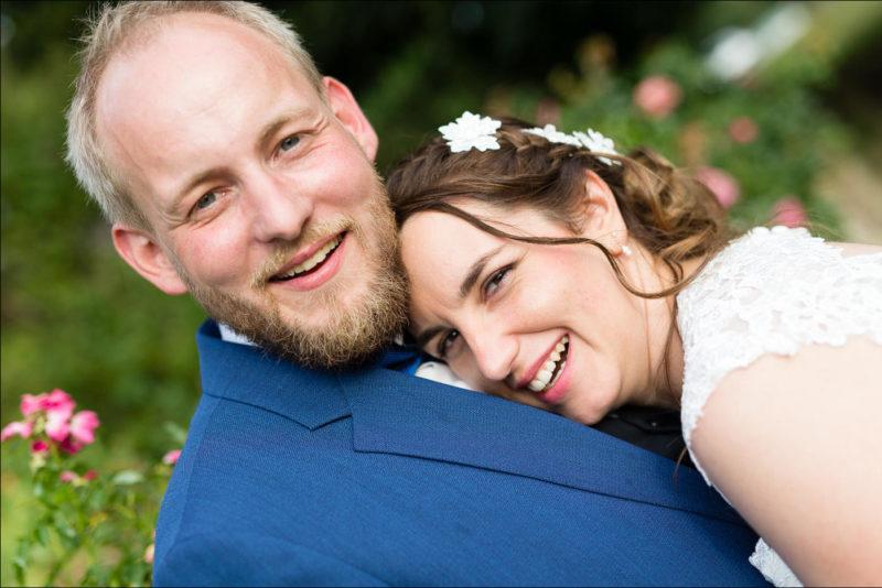 Les mariés rigolent lors des photos de couple