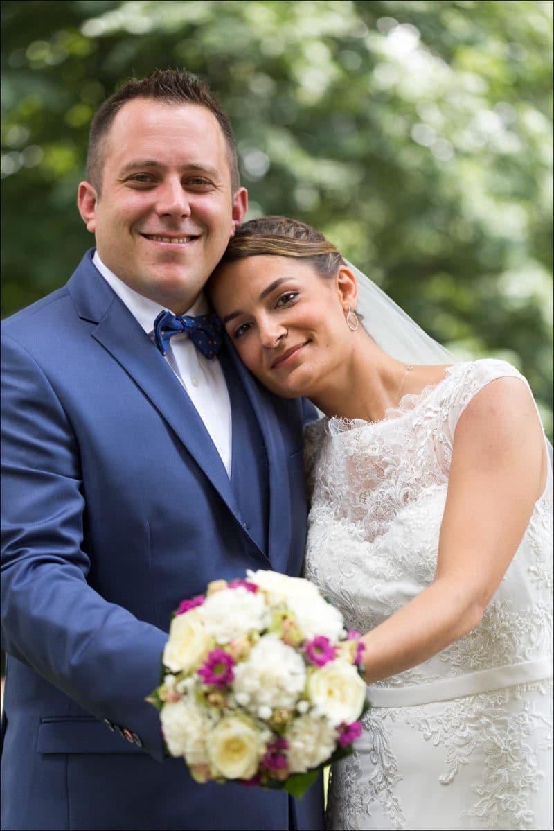 La mariée appuie sa tête sur l'apaule de son mari