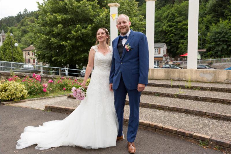 Les mariés posent avant d'entrée à la mairie