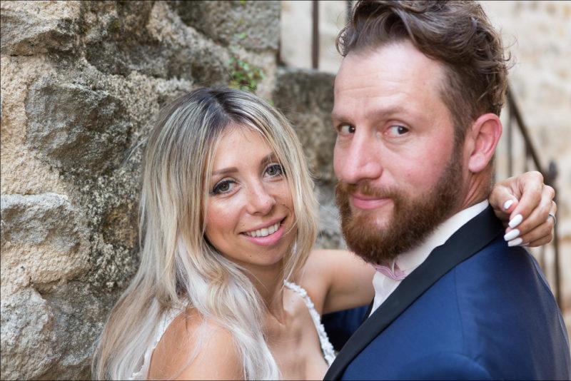 Les mariés tournent la tête et regardent le photographe