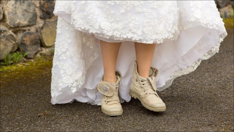 Gros plan des chaussures de la mariée