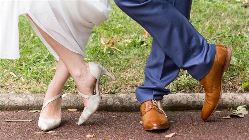 Gros plan sur les pieds croisés des mariés