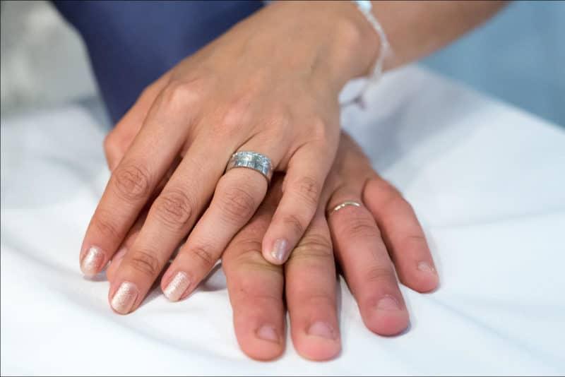 Gros plan sur les mains des mariés
