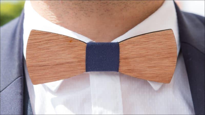 Gros plan sur le noeud papillon du marié