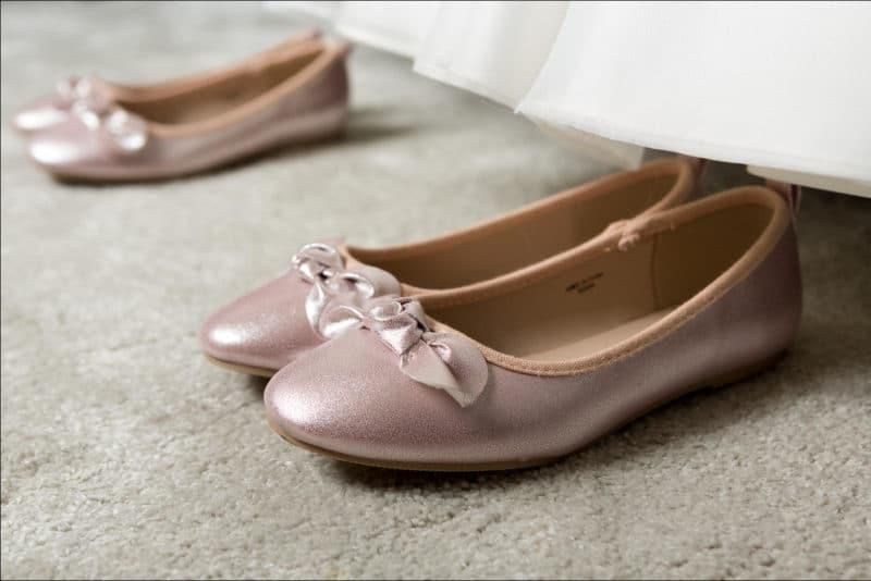 Gros plan des chaussure des filles de la mariée