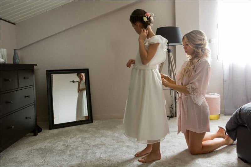 La mariée prépare sa fille