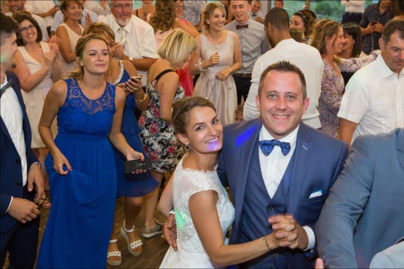 Les mariés regardent le photographe lors de la soirée