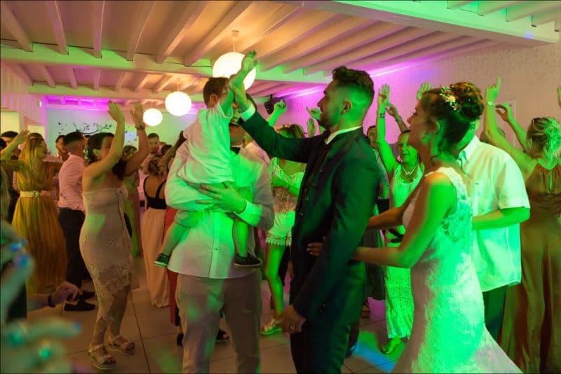 Les mariés font la fête