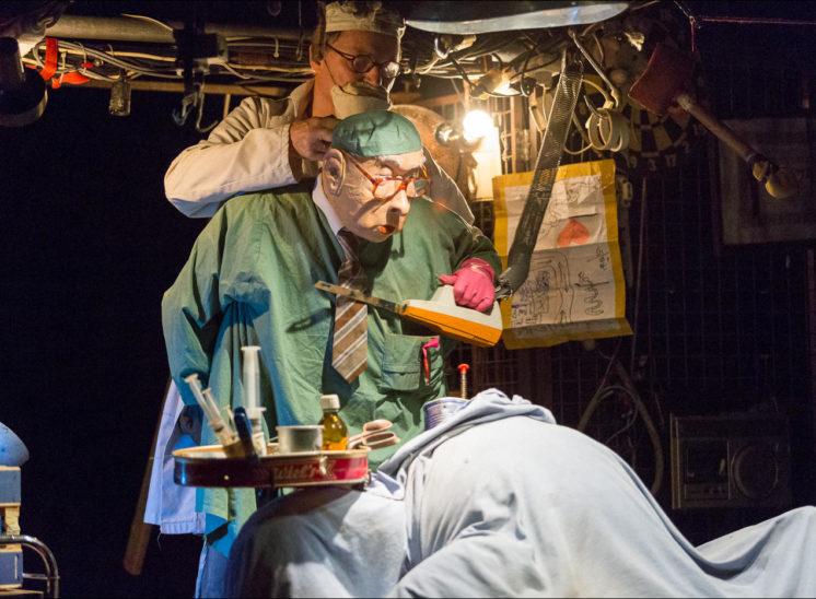 Une marionnette de docteur s'aprète à opérer un patient
